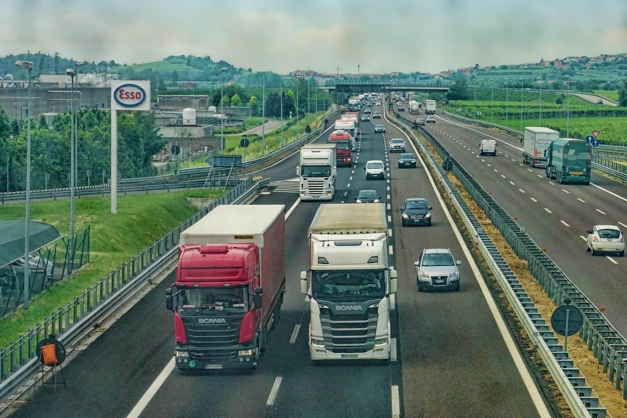 משאיות בכביש