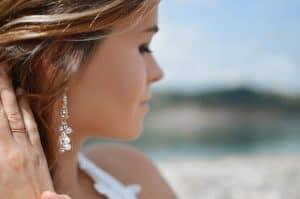 אישה עונדת עגיל יהלומים