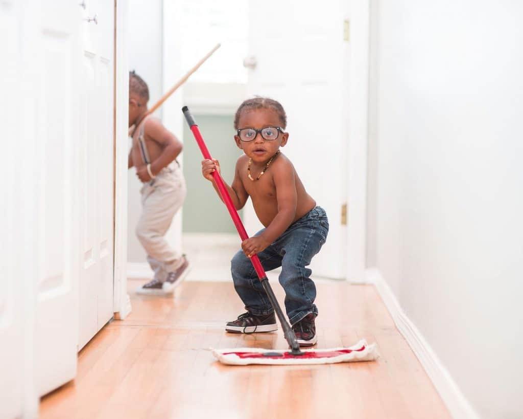 ילדים עוזרים בניקיון