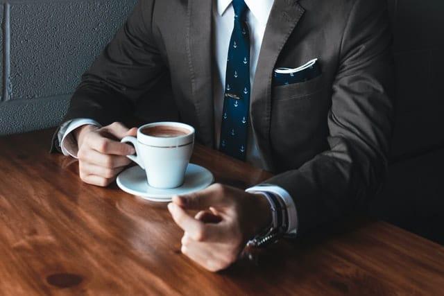 איש עסקים עם כוס קפה